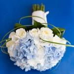 Bouquet delicato con rose bianche e ortensie azzurre