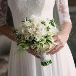 Bouquet di primavera con ortensie e narcisi bianchi