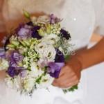 Bouquet da sposa campestre con fresie lilla e lisianthus viola