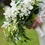 Bouquet stile princesse con piccoli fiori bianchi e forma a goccia