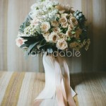 Bouquet con roselline cipria, rose inglesi David Austin e succulente grigie
