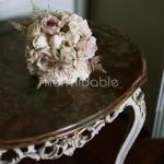 Bouquet romantico con rose inglesi e astilbe rosa cipria