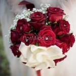 bouquet elegante con calle bianche e rose rosse