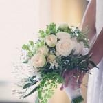 Bouquet delicato con rose da giardino e capelvenere