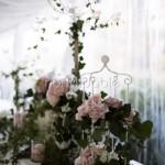Addobbo romantico per tavolo buffet con ortensie e rose