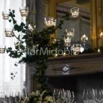 Candelabro con decorazione di fioriture e tralci di edera