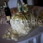 Centrotavola a cubo floreale con ortensie e rose bianche