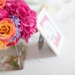 centrotavola colorato con rose, ortensie e agapanthus per ricevimento estivo