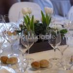 Centrotavola in stile rustico con tulipani bianchi