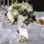 Centrotavola elegante su alzatine di argento con rose e orchidee avorio