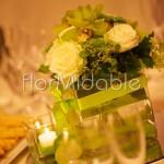 Centrotavola con orchidee verdi e rose bianche in cubi di vetro