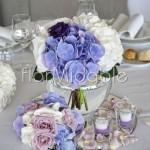 Centrotavola con bouquet lilla, bianchi e viola in boule di vetro