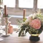 dettagli allestimento tavola con peonie e candelabri argento