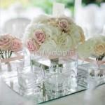 Centrotavola moderno in cubi di vetro con romantici bouquet