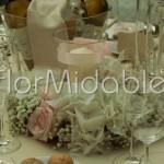 Centrotavola con ghirlanda floreale e vaso portacandela