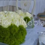 Centrotavola a sfera - rose bianche e garofani verdi