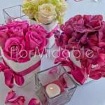 Centrotavola in stile sushi con ortensie e rose nei toni del rosa acceso