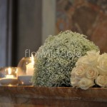 Composizioni in chiesa con rose avorio