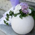 Composizioni di ortensie lilla e bianche su vasi a sfera