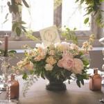 Centrotavola stile garden con peonie, rose cipria e gelsomino