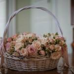 Romantico cesto di rose nei colori pastello