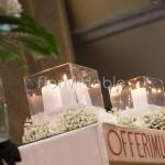 Addobbo chiesa in stile moderno con candele e vasi di vetro