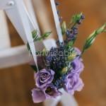Piccoli dettagli floreali per l'addobbo panche in chiesa con lavanda