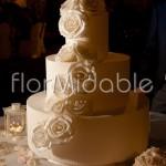 Decorazione elegante della wedding cake con rose crema