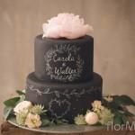 Wedding cake effetto lavagna con delicata decorazione floreale