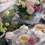 Peonie, rose, viburnum e tazzine da tè