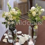 Dettagli floreali addobbo tavola provenzale con camomille e erbe aromatiche