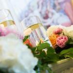 Dettagli allestimento in chiesa con fiori color pastello e candele