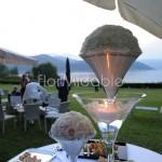 Allestimento elegante del tavolo buffet con calici Martini