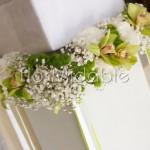 Ghirlande di orchidee e santini verdi e rose bianche