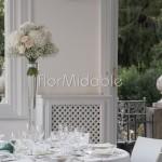Centrotavola elegante su vasi alti in vetro a villa Bellinzaghi
