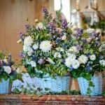 Addobbo con cesti fioriti per matrimonio in stile rustico