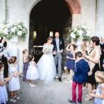 L'uscita degli sposi dopo la cerimonia sul lago Maggiore