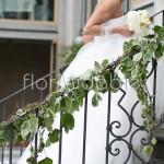 Tocchi di edera e fiori bianchi nei dettagli decorativi