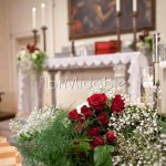 allestimento cerimonia con rose rosse e crema