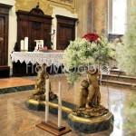 Addobbo altare romantico con rose rosse e velo da sposa