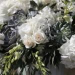 Allestimento elegante con orchidee, rose, ortensie e succulente