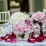 addobbi centrotavola con orchidee e rose bordeaux, ortensie bianche e cipria