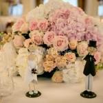 Addobbo ricevimento con rose, violacciocche e ortensie nei toni pastello