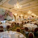 Ricevimento elegante con fiori nelle tinte pastello e centrotavola alti