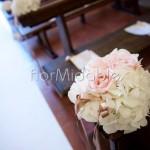 Addobbo panche con rose cipria e ortensie bianche