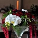elegante centrotavola Martini con rose nei toni rosso-bordeaux