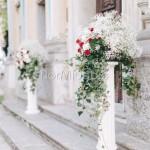 composizioni esterno chiesa con velo da sposa, orchidee e rose rosse