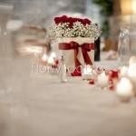 decorazione tavolo reale con rose e petali rossi