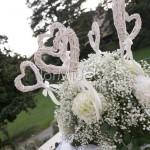 Scenografie floreali romantiche con cuori bianchi, velo da sposa e ortensie