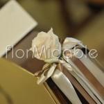 Piccoli dettagli floreali per l'addobbo panche in chiesa